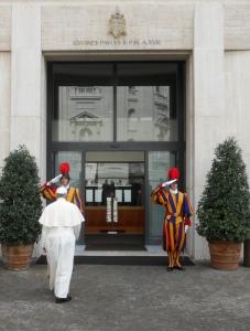 Papa_Francesco_entra_nella_Domus_Sanctae_Marthae